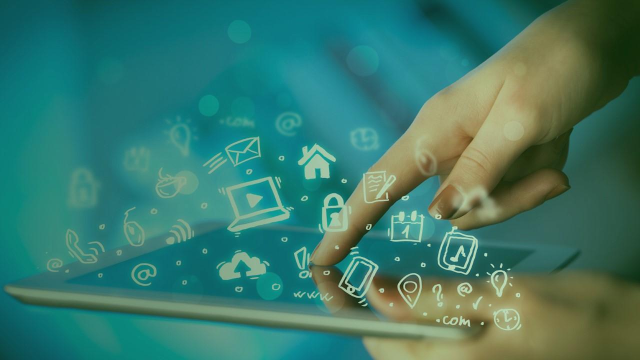 Comparadores de serviços: mão desliza sobre tablet e aplicativos