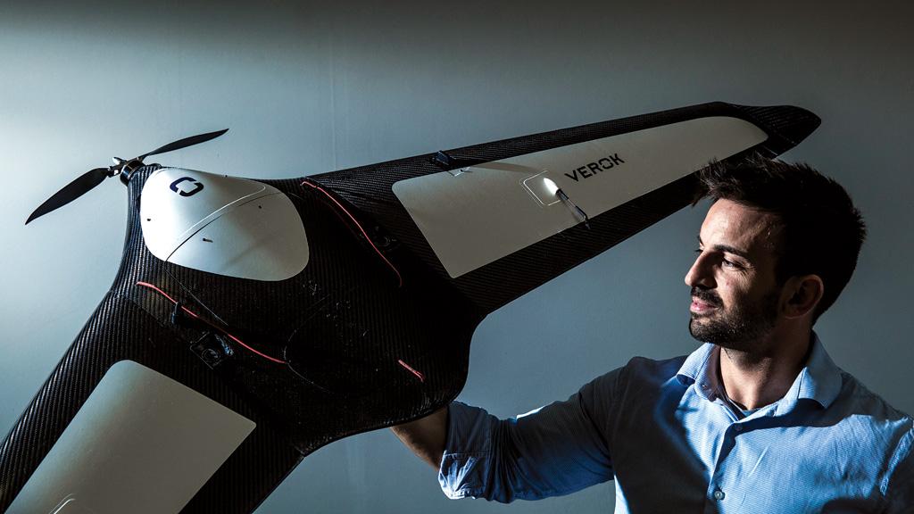 Fabricio segura um drone da Horus