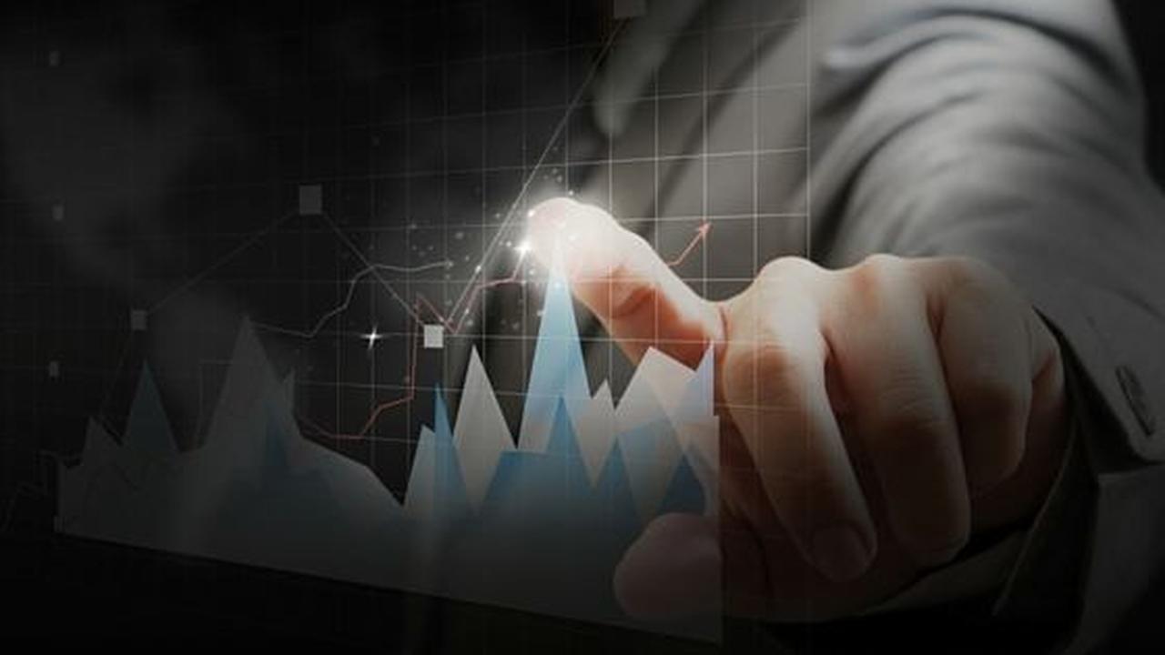 Melhores investimentos a longo prazo: mão apontando o pico de um gráfico em crescimento