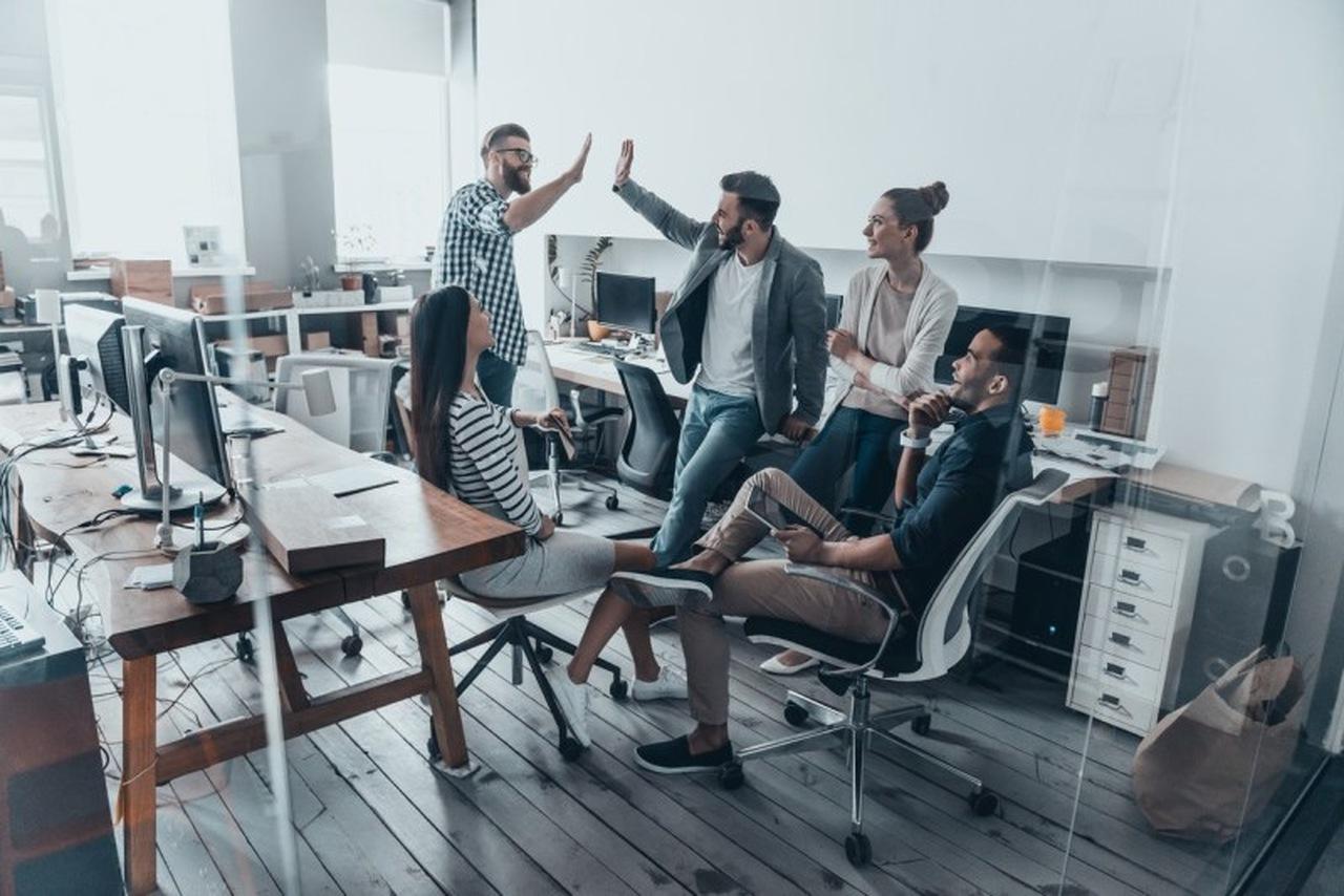 Startups Brasileiras - Colaboradores de empresa comemoram juntos no escritório