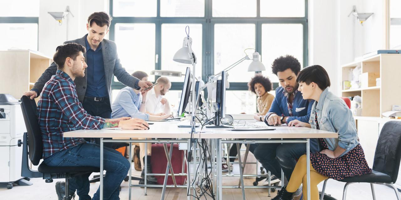 startups e lifestyle business: equipe de trabalho discutindo algum projeto
