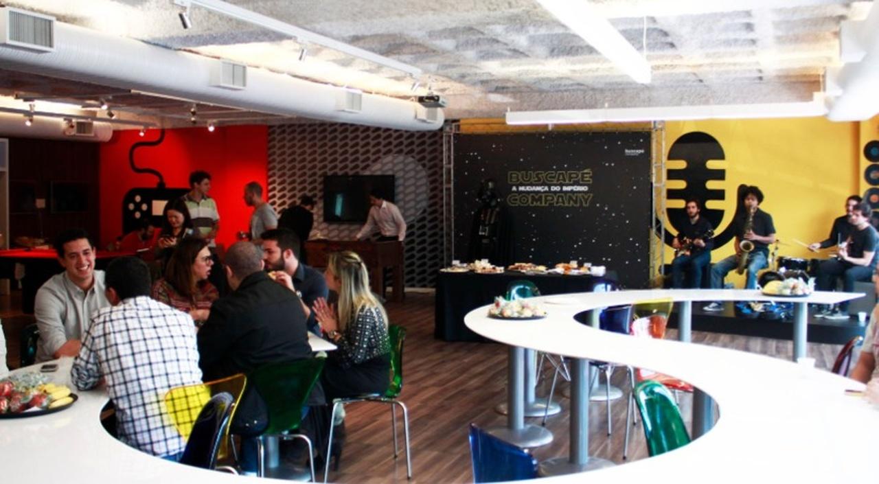 Startups Brasileiras - Escritório da startups buscapé com mesas e funcionários