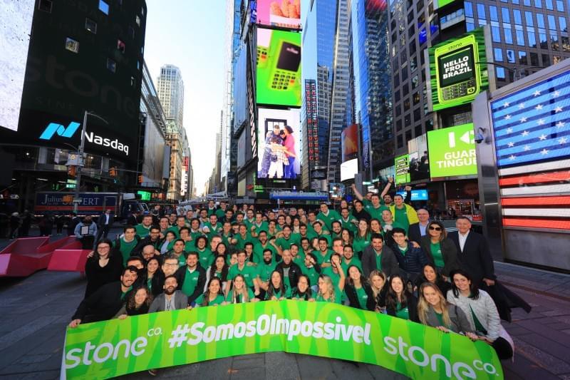 Funcionários da Stone reunidos na Times Square, em frente à Nasdaq