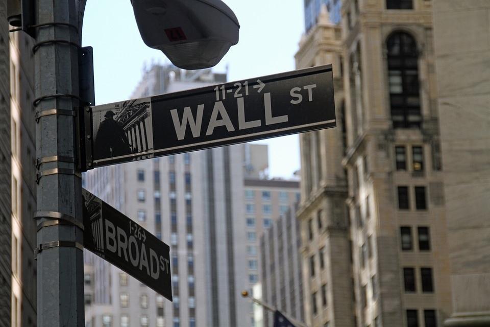 Placa de rua na esquina da Wall Street, em Nova York