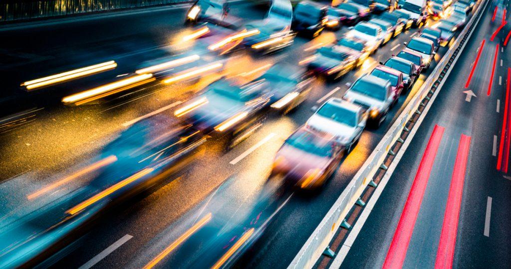 carsharing: carro e via expressa com efeito blur