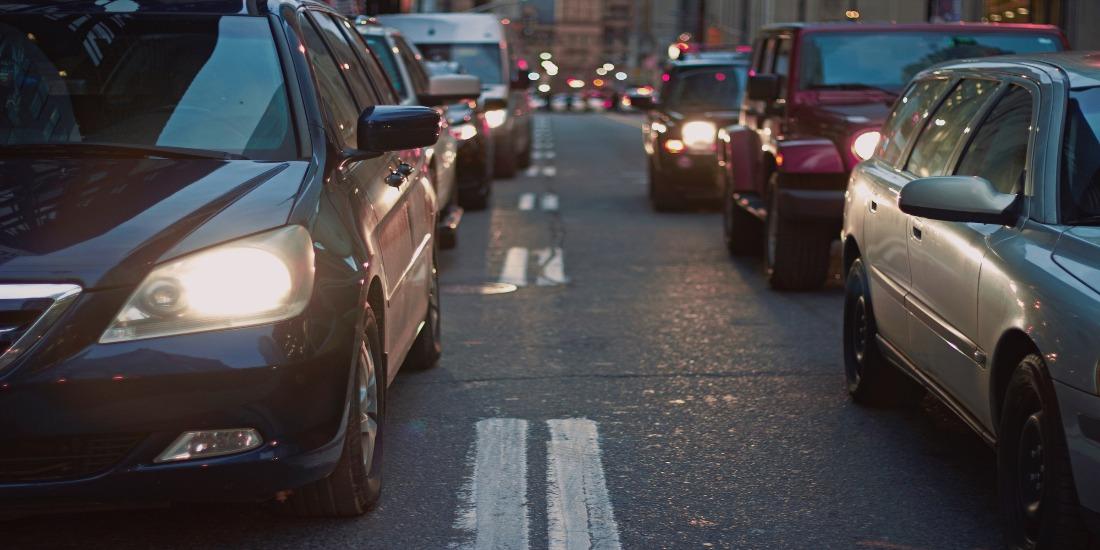 carsharing: carros emparelhados com farol aceso na rua