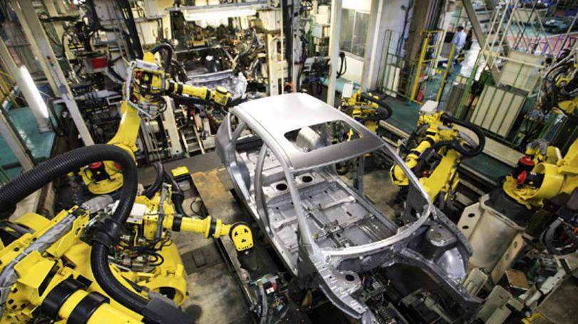 setor para investir indústria 4.0: linha de prudução de carro tocada por máquinas